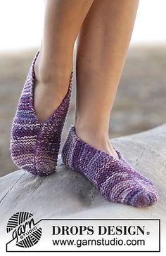 """Forest Path - Knitted DROPS slippers in garter st in 2 strands """"Fabel"""". DROPS design: Pattern no - Free pattern by DROPS Design Knit Slippers Free Pattern, Knitted Slippers, Knitted Hats, Drops Design, Knitting Patterns Free, Free Knitting, Crochet Patterns, Crochet Shoes, Knit Crochet"""