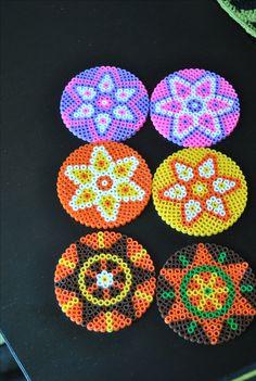 färgranna underlägg av rörpärlor colorful coasters made of hama beads
