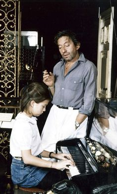 Serge Gainsbourg attentif à sa fille Charlotte, 11 ans, au piano en mars 1983 Charlotte Gainsbourg, Serge Gainsbourg, Gainsbourg Birkin, Jane Birkin, Chemise Chambray, Kate Barry, Chemise Fashion, French Collection, Paris Match