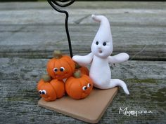 Halloween pumpkins and ghosts, Image Halloween, Polymer Clay Halloween, Bricolage Halloween, Adornos Halloween, Polymer Clay Figures, Cute Polymer Clay, Cute Clay, Fondant Figures, Fimo Clay