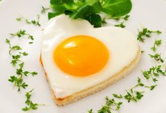 Regardless of your dieting goals, high protein snacks play a key role in keeping you satisfied and full of energy. Protein slows digestion, fights off crav Low Carb Breakfast, Breakfast In Bed, Morning Breakfast, Breakfast Ideas, Egg Recipes, Healthy Recipes, Healthy Habits, Healthy Food, Romantic Breakfast