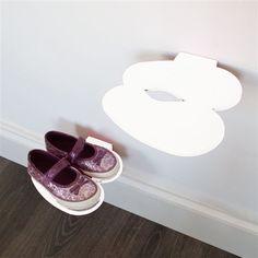 Slingeren de kinderschoenen overal door het huis? Met deze schoenenplanken van J-me niet meer! Deze leuke planken hebben de vorm van voetafdrukken en zijn ideaal voor in de kinderkamer! De plank heeft een mooie afmeting en bergt de kinderschoenen op.