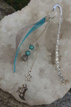 marque page dans les tons de bleu et argent. Breloque lune et étoile. Perles turquoises.