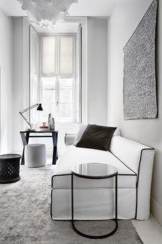 total white,  bianco ottico, bianco sospeso. ecco il mood di questo ambiente dove il bianco amplia gli spazi. Per non rischiare la monotonia e l'eccesso di astrazione  tipico del total white, è ottimo segnare appena i profili di arredi e complementi, come il rivestimento tessile del divano, e le sagome di tavolino e scrittoio. per muovere il bianco, giocare con le finiture e le textures: ruvido e liscio, lucido e opaco catturano la luce in modo diverso e  vivificano la scelta monotonale.