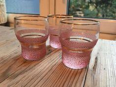 Selger 3stk pent brukt pulverglass (likørglass) i rosa med gulldetaljer. Stikkord: -pulverglass -retro