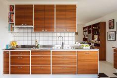 60s Kitchen, Kitchen Cupboards, Kitchen Interior, Kitchen Dining, Kitchen Decor, Small Modern Kitchens, Home Kitchens, Teak, Kitchen Stories