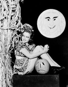 Part 2 of the Cult of Weird vintage Halloween pinup spectacular featuring Betty Grable, Adele Jergens and more! Retro Halloween, Halloween Fotos, Halloween Pin Up, Vintage Halloween Photos, Halloween Pictures, Holidays Halloween, Halloween Decorations, Vintage Photos, Halloween Kitchen