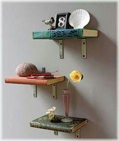 Um charme a mais pra sua parede... transformar livros em prateleiras.