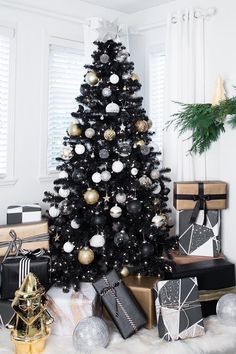 black christmas tree ideas When It Comes to the Hot 2018 Christmas Tree Color, Black Is the New Green Christmas Tree Design, Black Christmas Tree Decorations, Christmas Tree Inspiration, Elegant Christmas Trees, Modern Christmas, Beautiful Christmas, Christmas Home, Christmas Aesthetic, Christmas Quotes