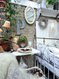 Pflanzzimmer / Gartenzimmer eingerichtet im Shabbychic, Hortensienblüte im Juli,