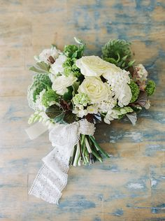 We love a DIY Tutorial and this one from Gianny Campos Photographyand Atnology Florals is of a classic white bouquet for winter weddings. Perfect for you Winter brides on a budget!For making a lo...