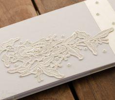 Álbum para noiva, em cartonagem, de linho, renda e pérolas. Miolo em papel vergê.