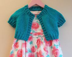 Turquoise Sparkle Girl's Short Cardi / Shrug This sparkle yarn is just perfect for little girls. I am really happy with the way this little shrug turned out. Fancy yarns often look great knitted in simple stitches. The sparkle does all the work! Knit Cardigan Pattern, Shrug Pattern, Knitted Baby Cardigan, Knit Shrug, Knitted Baby Clothes, Free Pattern, Knitting For Kids, Baby Knitting Patterns, Free Knitting