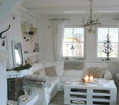 1-table-basse-avec-palette-blanc-salon-classique-intérieur