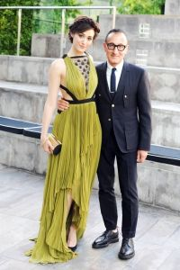 La la love the color green on her! Emmy Rossum, in J. Mendel, with designer Gilles Mendel. Celebrity Outfits, Celebrity Style, Cfda Awards, Casual Night Out, Fashion Corner, Red Carpet Dresses, Red Carpet Fashion, Beautiful Gowns, Green Dress