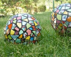 Mosaic Balls will add immediate interest and color to the garden. Mosaic Crafts, Mosaic Projects, Mosaic Art, Mosaic Glass, Mosaic Bowling Ball, Bowling Ball Art, Hobbies And Crafts, Arts And Crafts, Garden Globes