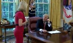 Trump interrumpe llamada para coquetear con una periodista EEUU.-El presidente Donald Trump estaba en su escritorio en la Oficina Oval y al teléfono con el nuevo primer ministro de Irlanda el martes, cuando una periodista de una organización de noticias irlandesa llamó su atención,