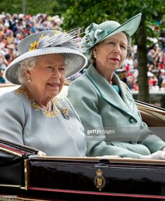 Queen Elizabeth II and Princess Anne, Princess Royal on day three, Ladies Day, of Royal Ascot at Ascot Racecourse on June 2019 in Ascot, England. (Photo by Mark Cuthbert/UK Press via Getty Images) Prince Andrew, Prince Philip, Olympia, Forbes Magazine, Fascinator, Anne Will, Timothy Laurence, Netflix Dramas, Zara Phillips