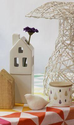 vase maison kikkerland. pot mini labo. nappe le jacquard français. maison bois brut bloomingville