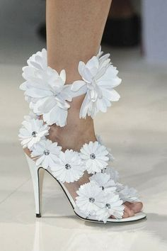 White high heel shoe fashion decorated with flowers | Fashion and styles
