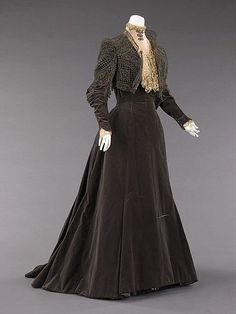 Afternoon dress Design House: House of Worth (French, Designer: Charles Frederick Worth (French (born England), Bourne Paris) Date: 1889 Culture: French Medium: silk, metal Dimensions: Length at CB: 70 in. Vintage Gowns, Mode Vintage, Vintage Outfits, 1890s Fashion, Edwardian Fashion, Gothic Fashion, Fashion Vintage, Steampunk Fashion, Vintage Beauty