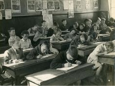 A junior school classroom. The pupils all face the front of the class working quietly. Most infant and junior classes were mixed, both boys and girls. When they moved into secondary education most schools were single sex Robert Doisneau, Best Boarding Schools, Learning Courses, History Teachers, Vintage School, School Photos, Reading Time, Vintage Pictures, Vintage Images