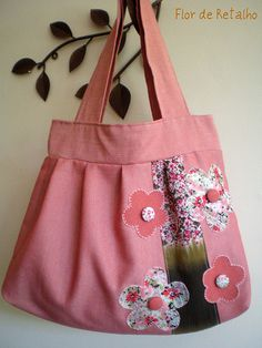 Bolsa: Flor de Retalho Quilted Handbags, Quilted Bag, Handmade Handbags, Handmade Bags, Bag Quilt, Diy Pouch No Zipper, Pop Couture, Diy Purse, Craft Bags