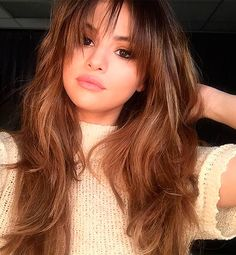 Love What Selena Gomez Did to Her Hair! Selena Gomez's lustrous locks have got a new look. Just in time for her summer Revival Tour, she .Selena Gomez's lustrous locks have got a new look. Just in time for her summer Revival Tour, she . Selena Gomez Bangs, Selena Gomez Hairstyles, Selena Gomez Hair Color, Selena Selena, Selena Gomez Face Shape, Selena Gomez No Makeup, Selena Gomez 2019, Fringe Haircut, Hair Cuts Fringe