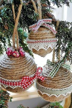 Diy christmas crafts 367254544604119643 - How to make your own DIY Christmas Baubles – from these retro ones to personalised penguines using upcycled old lightbulbs. Source by beadandwireflowers Homemade Christmas Tree Decorations, Diy Christmas Baubles, Handmade Christmas, Christmas Holidays, Christmas 2019, Christmas Signs, Christmas Balls, Christmas Christmas, Rustic Christmas Tree Decorations