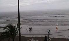 Imagens obtidas pelo G1 mostram o exato momento em que uma turista é atingida por um raio na Praia do Sonho, em Itanhaém, no litoral de São Paulo.  //  Taline Campos, de 25 anos, teve uma parada cardiorrespiratória e foi internada em estado crítico.Um vídeo registrado por um morador da cidade most