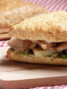 Sconewich: scones au cantal, pesto de fanes de radis, poulet rôti et cantal entre-deux