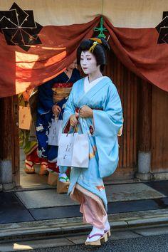 祇園甲部では、京舞井上流家元、井上八千代さんのお宅に集って、稽古始めのご挨拶をされます。 2016年の精進を誓う芸舞妓さんが集合しました。   井...