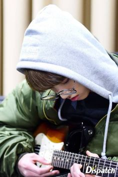Does kookie know how to play the guitar?
