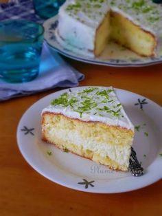 Gâteau mousse coco, simplement une génoise garnie avec une délicieuse mousse à la noix de coco.