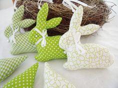 kleine Oster-Anhänger 6 tlg. in grün/weiß..... ....wunderschön am Osterstrauch, im Osternest, als Geschenkanhänger oder als kleines Mitbringsel. Die 3 Häschen und die 3 Herzen sind aus 3...