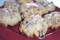 Hardee's Cinnamon Raisin Biscuits-- Copy cat--Gotta try! Raisin Biscuits Recipe, Cinnamon Biscuits, Cinnamon Rolls, Buttermilk Biscuits, Hardees Biscuit Recipe Copycat, Mayonaise Biscuits, Blueberry Biscuits, Tea Biscuits, Cinnamon Muffins
