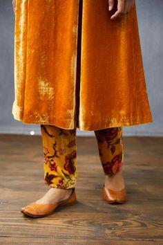 Fashion Pants, Fashion Dresses, Long Toes, Fashion Sewing, Diy Clothes, Blouse Designs, Dress Skirt, Vogue, Velvet