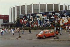 Stadthalle der Freundschaft,Skoda mit Willi Neubert Mural, Suhl , DDR, August 1989