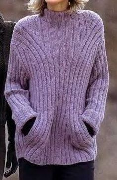 Простой, но очень стильный пуловер с карманами. Простой узор пуловера ничуть не портит его, даже наоборот, позволяет начинающим вязальщицам ...