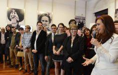 """Acompañada de la flamante ministra de Cultura, Teresa Parodi, la Presidenta felicitó a los artistas que competirán en el Festival de Cannes. """"Ustedes forman parte de un acervo y del empoderamiento del sector de la cultura"""" -- https://www.youtube.com/watch?v=kgkCUERZoD0"""