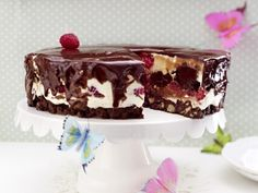 The best Chocolate and raspberry cheesecake recipe you will ever find. Welcome to RecipesPlus, your premier destination for delicious and dreamy food inspiration. Chocolate Raspberry Cheesecake, Chocolate Torte, Chocolate Muffins, Chocolate Desserts, German Desserts, Just Desserts, Delicious Desserts, Yummy Food, Perfect Chocolate Cake