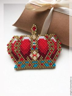 Holy peyote this is gorgeous😍 Peyote Stitch Patterns, Bracelet Patterns, Beading Tutorials, Beading Patterns, Beaded Brooch, Beaded Jewelry, Bead Crafts, Jewelry Crafts, Peyote Beading