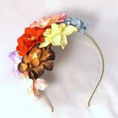 Fantastisk fascinator med et mix af blomster