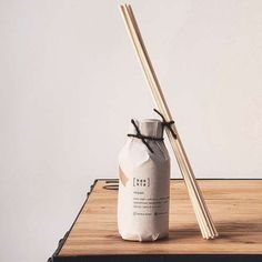 Handcrafted in London, the Miyabi reed diffuser is about aesthetics, elegance and charm. It's delightful rich aroma is floral and sweet with a touch of grassy bitterness and earthy undertones. Brown Glass Bottles, Amber Glass Jars, Glass And Aluminium, Friendly Plastic, Pure Essential Oils, Handmade Home, Biodegradable Products, Earthy, Diffuser