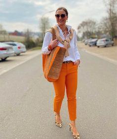 60 Fashion, Fashion For Women Over 40, Timeless Fashion, How To Look Classy, Look Chic, Pantalon Naranja Outfits, Pantalon Orange, Chic Outfits, Fashion Outfits