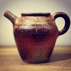 ジェイムスさん作、片口。イギリス出身の陶芸家ジェイムス・イラズムスさんと奥様で丹波布作家のイラズムス・千尋さんの二人展「Mr.&Mrs.Erasmus -二人展」は本日から!  #ジェイムス・イラズムス #イラズムス・千尋 #織部下北沢店 #備前 #陶器 #器 #ceramics #pottery #clay #craft #handmade #oribe #JamesErasums