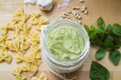 Πέστο με αβοκάντο, επειδή προσέχεις την διατροφή σου, θες να δοκιμάσεις κάτι διαφορετικό ή απλά λατρεύεις το αβοκάντο! Pesto, Avocado, Cooking, Ethnic Recipes, Food, Sauces, Dips, Kitchen, Essen