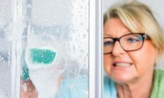 Elle ne frotte plus ses portes de douche... Grâce à ce truc, le Calcaire fond littéralement ! Cruelty Free Cleaning Products, Diy Regal, Bathroom Hacks, Cleaners Homemade, Tidy Up, Green Cleaning, Printable Coloring Pages, Interior Design Kitchen, Clean House