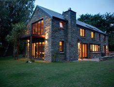 Grange rénovée sur 2 étages avec larges baies vitrées #architecture #maison #grange #longere #renovation #pierre #design