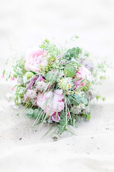 Romantische Zweisamkeit am Alwarmbüchener See @Anja Schneemann Photography  http://www.hochzeitswahn.de/inspirationsideen/verlobung/romantische-zweisamkeit-am-alwarmbuechener-see/ #love #flowers #romantic